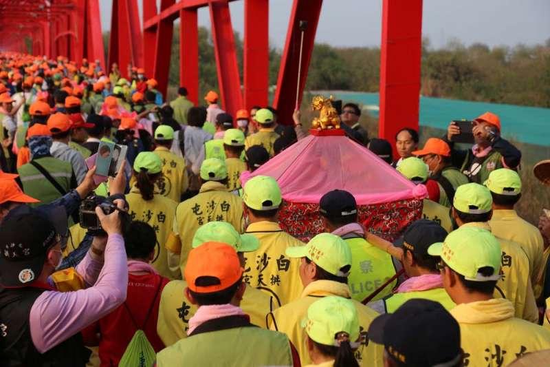 媽祖遶境堪稱是台灣的宗教盛事之一,年年都吸引許多信眾和白沙屯媽祖一同徒步出發。(賴昱伸攝)