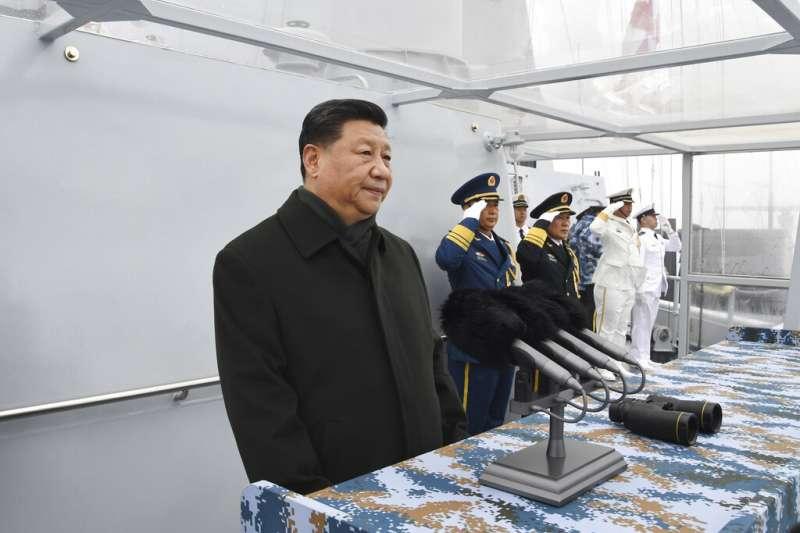 中國國家主席習近平2019年4月23日為慶祝中國海軍建軍70週年在山東青島檢閱海軍。(美聯社)