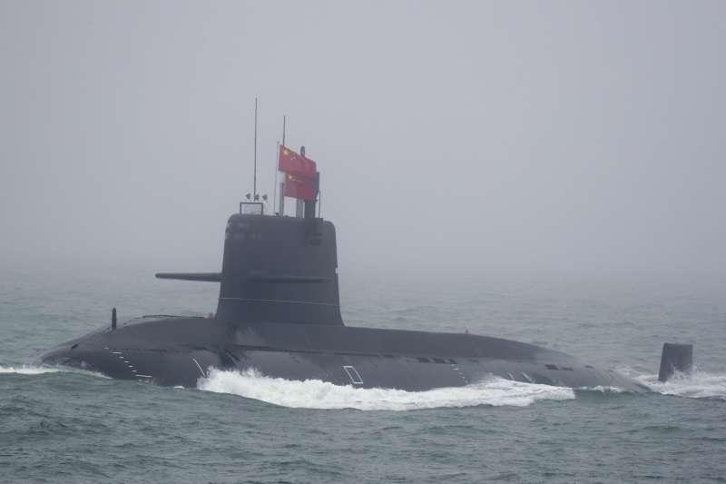 2019年4月23日,中國人民解放軍海軍建軍70周年,在山東青島舉行海上閱兵,傳統動力潛艦長城236號。(美聯社)