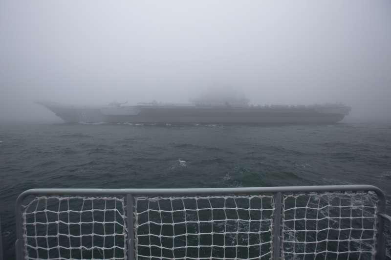 2019年4月23日,中國人民解放軍海軍建軍70周年,在山東青島舉行海上閱兵,航空母艦遼寧號。(美聯社)