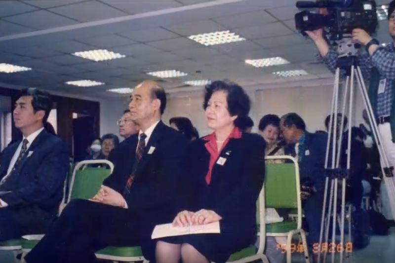 高李麗珍過去曾隨傳道士至日本留學,後返台獻身山區宣教,才促成了高俊明與李麗珍的緣分。圖為牧師高俊明(左)以及其妻子高李麗珍(右)(截自youtube@台灣展翅協會ECPAT Taiwan)