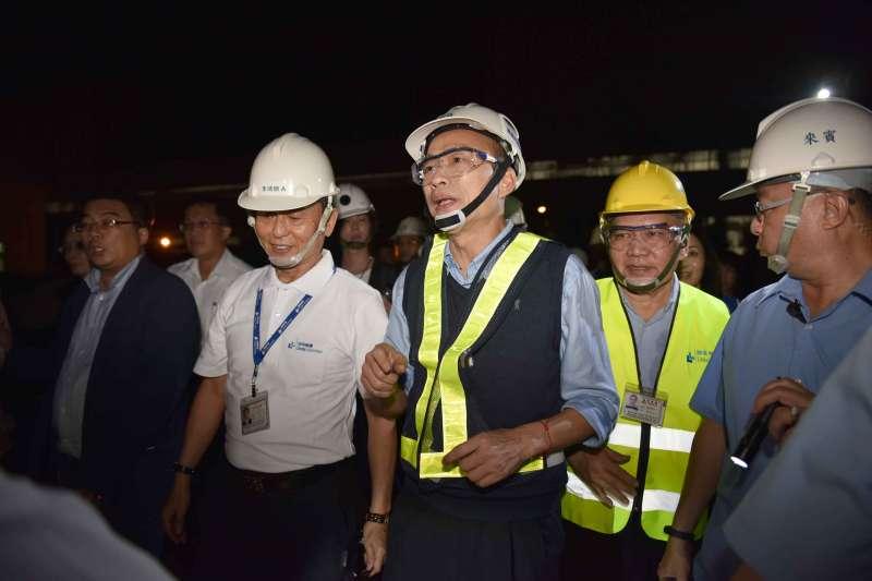 高雄市長韓國瑜(左三)23日夜宿小港臨海工業區。(高雄市政府提供)