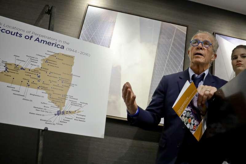 律師安德森(Jeff Anderson)展示美國童軍性侵犯的分布地圖。(美聯社)