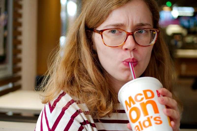 近年來減塑運動持續發燒,英國各大速食與咖啡連鎖店已鮮少見到塑膠吸管的蹤跡,但卻有一群民眾把飲料的口感看得比環保更重要,他們在網路連署請願,要求麥當勞恢復使用塑膠吸管,和支持環保的民眾掀起論戰。(圖/Pierre Vorpuni@flickr)