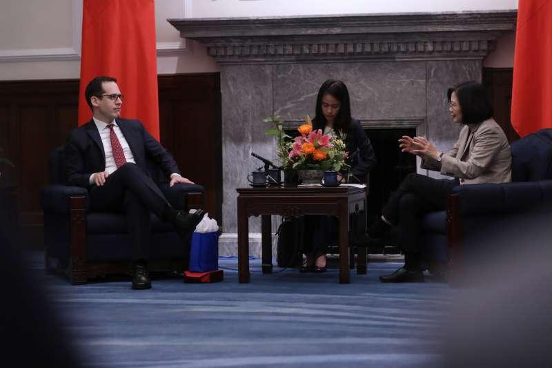 總統蔡英文25日上午接見美國智庫「新美國安全中心」(CNAS)之「下一世代國安領袖計畫」(Next Gen)訪問團。(總統府提供)