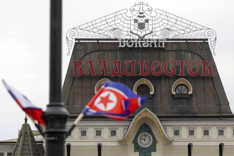 北韓領導人金正恩到訪海參崴,當地街道也忙著懸掛俄朝國旗。(美聯社)