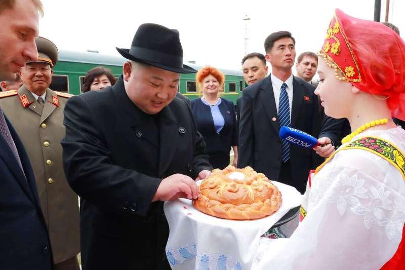 北韓領導人金正恩24日搭乘專列抵達海參崴,受到俄方熱烈歡迎。(美聯社)