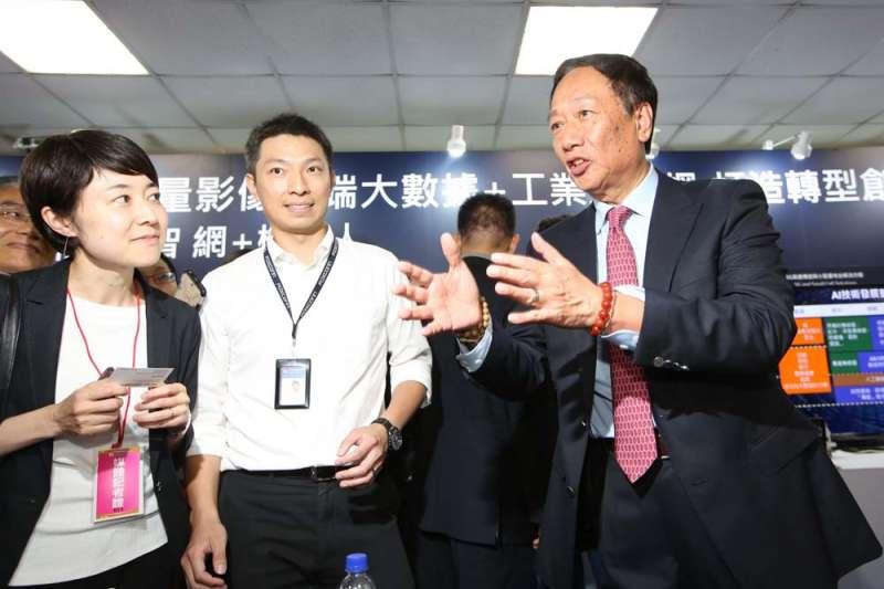 郭台銘(右)當企業主的管理術,很難用在民主政治上。(郭晉瑋攝)