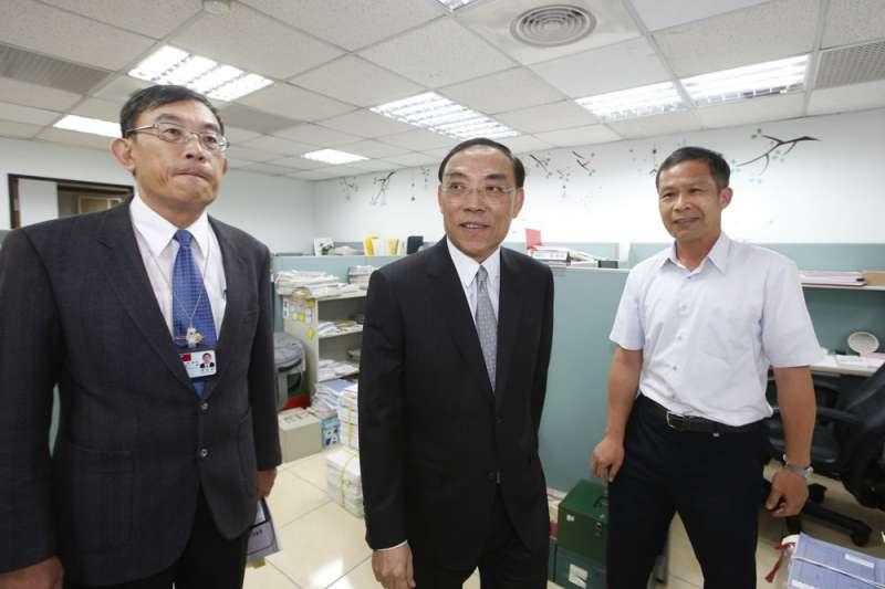 法務部長蔡清祥(中)推出新人事制度,但強調可以「再檢討」。(郭晉瑋攝)
