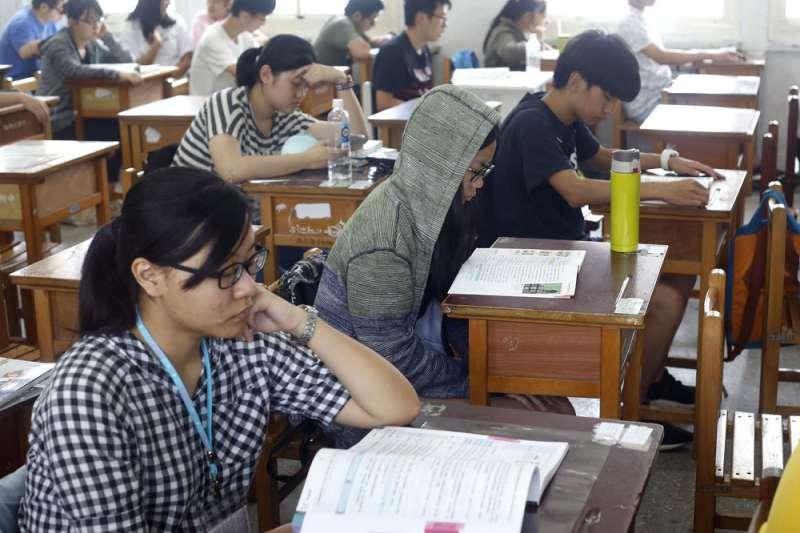 今年大學入學制度改革及超篩增加,導致學生失落、家長焦慮。(郭晉瑋攝)