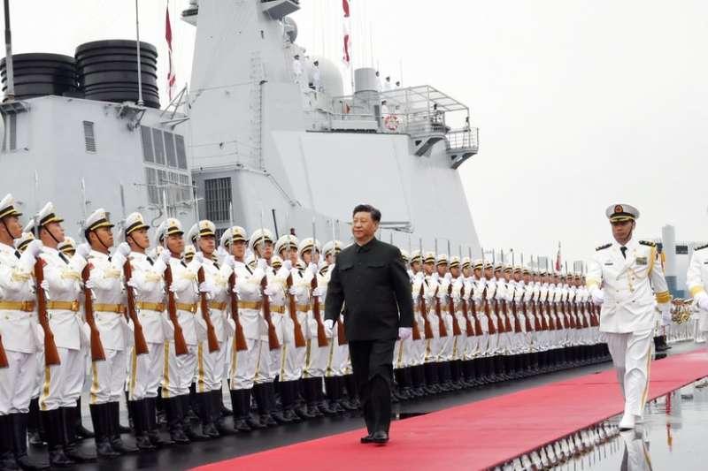 習近平在青島海上閲兵時,視察新軍艦 。(BBC中文網)