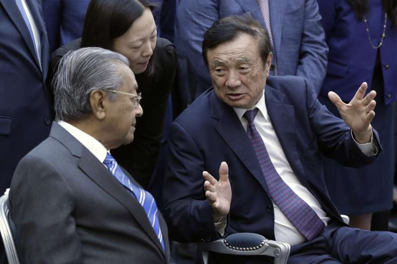 在美國制裁下,華為創辦人任正非(右)能否關關難過關關過,外界睜大眼在看。圖左為前馬來西亞總理馬哈地。(美聯社)