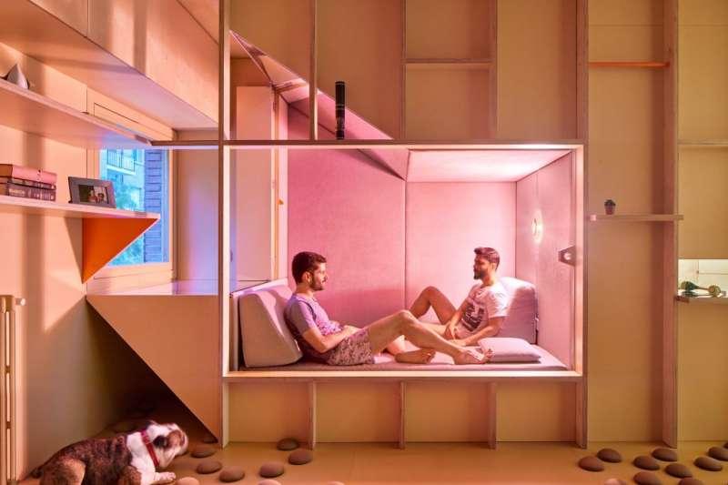即使室內空間很小,巧妙設計也能住起來很舒適!快來看看這間馬德里醫師小公寓,午睡艙拉起來就變成投影幕,超級省空間。(圖/瘋設計提供)
