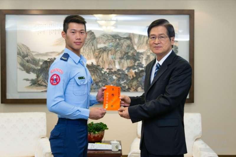 空軍儀隊黃士宸(左)下士將前往美國參加世界儀隊錦標賽,國防部長嚴德發(右)今天特地接見黃士宸,為他加油。(取自軍聞社)
