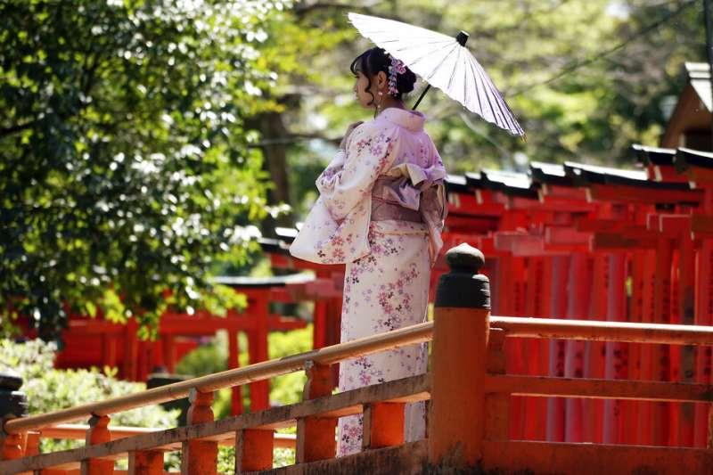 和服,東京根津神社的千本鳥居。(美聯社)