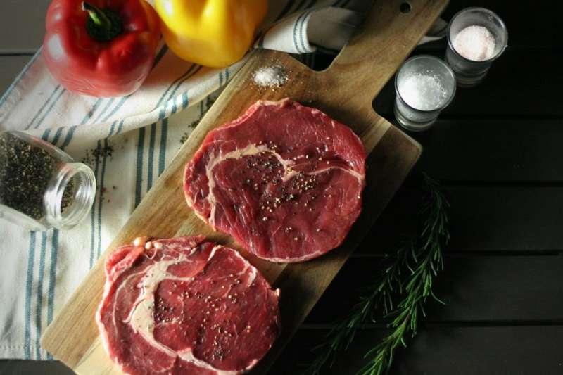 使用特選紐西蘭草飼沙朗牛排,重現台式作法,兼顧口味與懷舊的心意,獻給偉大的媽咪們。 (圖/永安棧)