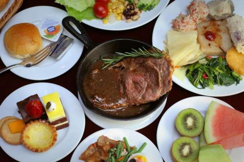 主廚特調黑胡椒醬佐以沙朗牛排,搭配沙拉吧逾30種冷熱飲及豐盛料理,回到70年代西餐廳的美好時光(圖/永安棧)