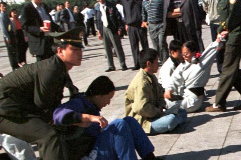 1999年9月29日,中國警察在北京天安門廣場上抓捕示威靜坐的法輪功學員。(美聯社)