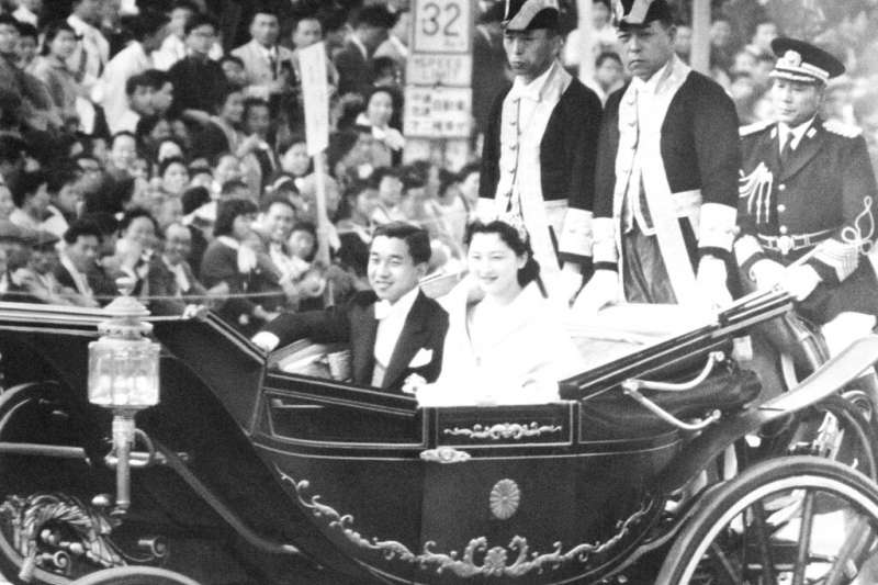 1959年4月,明仁與美智子的大婚在日本引發轟動,東京街頭擠滿祝福與看熱鬧的民眾。(美聯社)