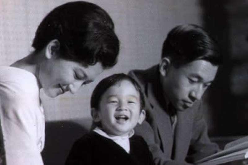 1962年,當時還是皇太子的明仁一家。當時德仁只有兩歲,非常天真可愛。(美聯社)