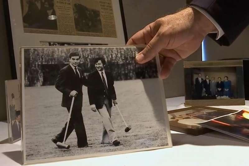 德仁在牛津留學時期的友人凱斯・喬治(Keith George)向媒體展示他與德仁的合照。(美聯社)