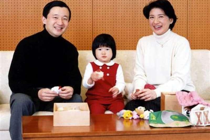2004年,雅子與愛子一同為44歲的德仁慶生。(美聯社)