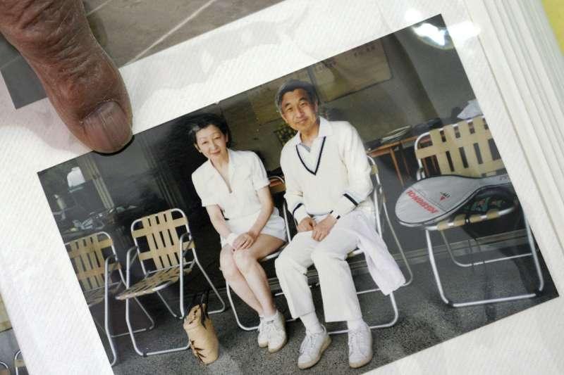 日本明仁天皇與美智子皇后在網球場的合影。(AP)