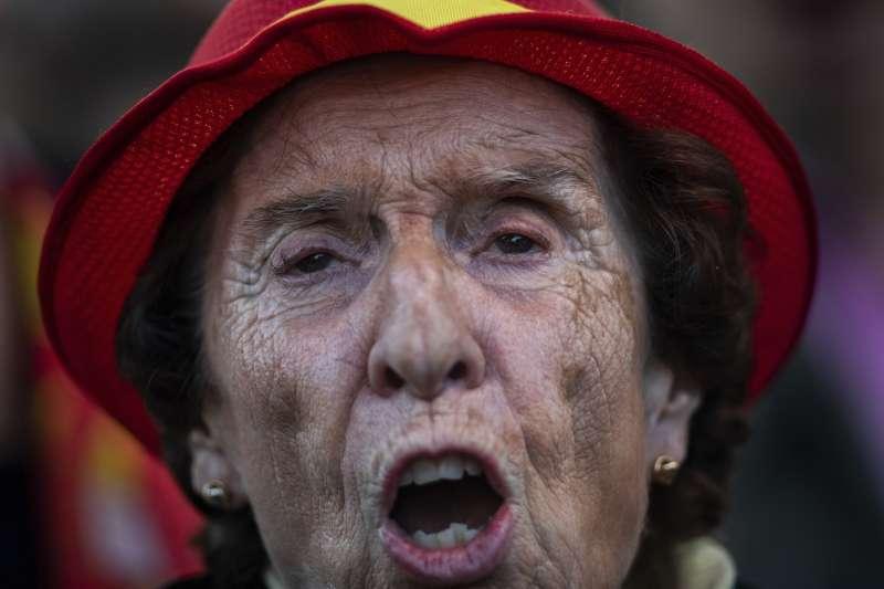 西班牙大選4月28日登場,圖為極右派政黨聲音黨的支持者。(AP)