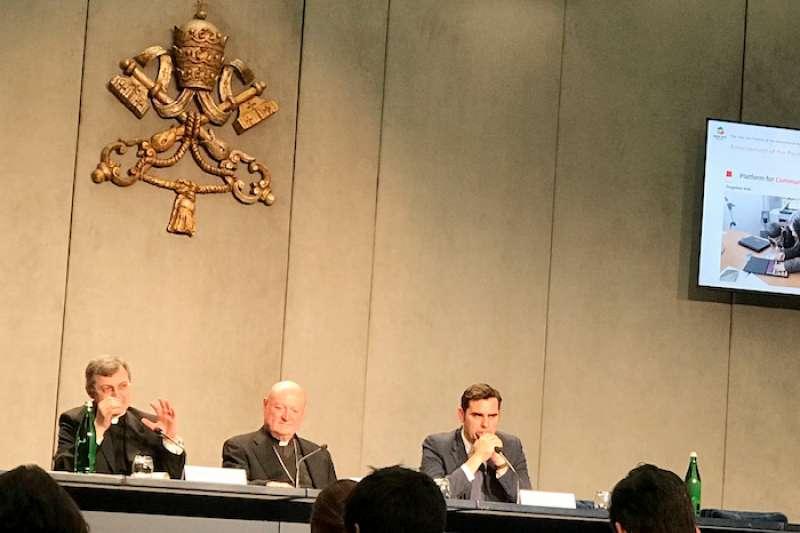 新聞發布會:左起特拉夫尼蒙席,中拉瓦錫樞機,右吉索帝主任(曾廣儀攝)