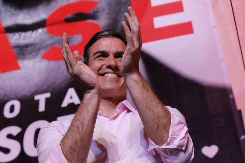 2019年4月28日,西班牙舉行國會大選,左派「工人社會黨」躍居眾議院第一大黨,總理桑切斯(Pedro Sánchez)與支持者共同慶賀(AP)