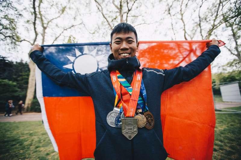 國防部軍事新聞通訊社新聞官葛芃欣,近日在英國倫敦以3小時40分鐘成績完成42公里馬拉松賽事,成為全國軍完成世界六大馬拉松第一人。(取自軍聞社)
