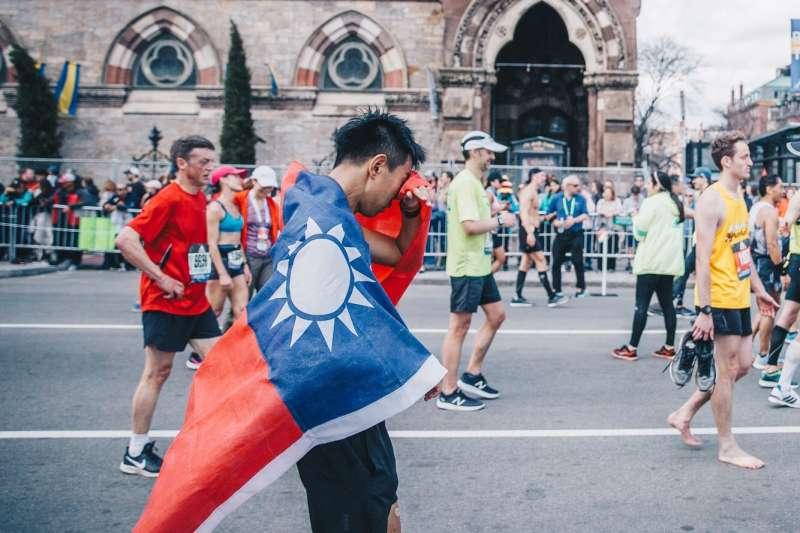 20190429-國防部軍事新聞通訊社新聞官葛芃欣,近日在英國倫敦以3小時40分鐘成績完成42公里馬拉松賽事,成為全國軍完成世界六大馬拉松第一人。(取自軍聞社)