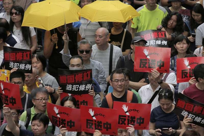 2019年4月28日,香港特區政府修訂《逃犯條例》,引爆數萬人示威抗議(AP)