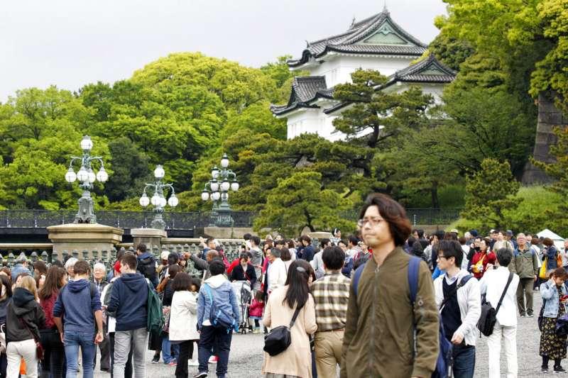 日本明仁天皇將在4月30日退位,位於東京千代田區的皇居周圍當天也出現罕見人潮。(美聯社)