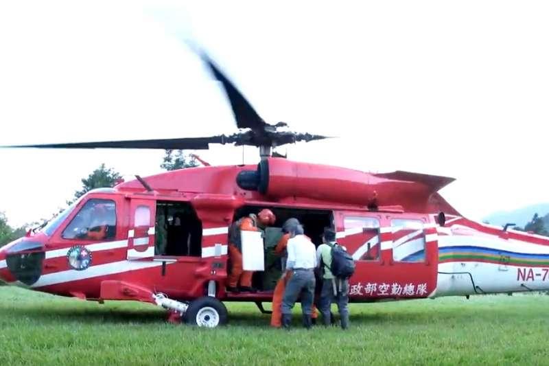 南安小熊妹上黑鷹直升機,回花蓮山區野放。(截圖自youtube「森活情報站」頻道)