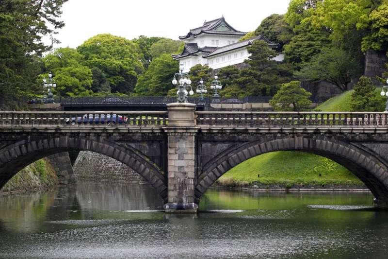 明仁天皇將在4月30日退位,許多日本民眾在這一天趕到皇居外留影。(美聯社)