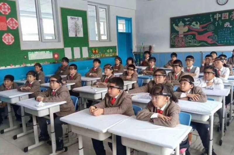 中國浙江一所小學的孩子戴著腦波頭帶。據報稱,是在課堂上監控報告他們的注意力水平。 (SupChina)
