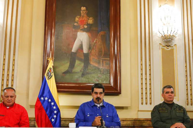 委內瑞拉臨時總統瓜伊多4月30日宣稱,他已經獲得軍方支持,呼籲軍民共同革命、推翻總統馬杜洛。馬杜洛則回應,軍方仍效忠於他。(AP)