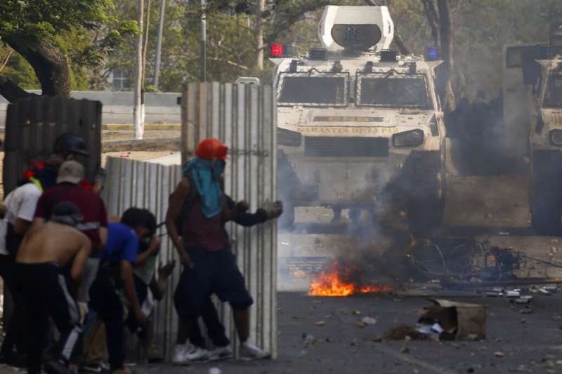 委內瑞拉臨時總統瓜伊多4月30日宣稱,他已經獲得軍方支持,呼籲軍民共同革命、推翻總統馬杜洛,支持瓜伊多的群眾與馬杜洛麾下的警方爆發衝突。(AP)