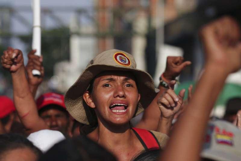 委內瑞拉臨時總統瓜伊多4月30日宣稱,他已經獲得軍方支持,呼籲軍民共同革命、推翻總統馬杜洛。(AP)