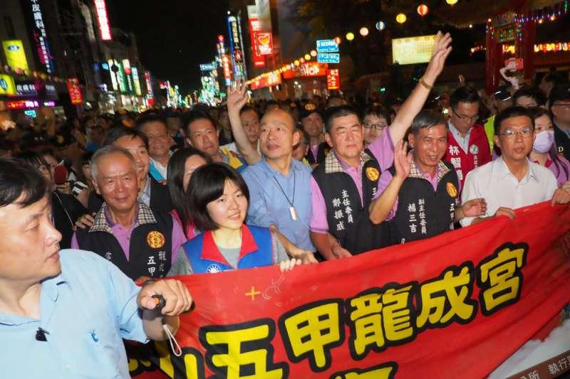 韓國瑜(中)4月26日赴龍成宮為媽祖祝壽,並與民眾一同沿著五甲路踩街祈福。(林瑞慶攝)