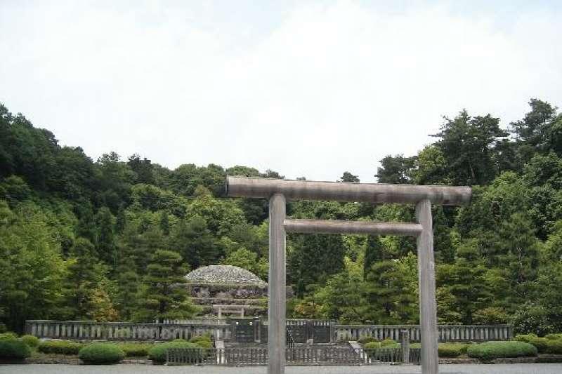 埋葬昭和天皇的武藏野陵。(維基百科/公用領域)