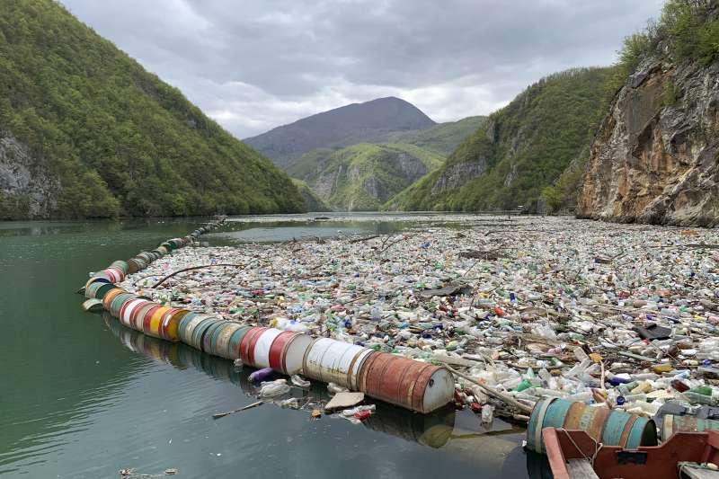 德里納河流經波赫東部小鎮維謝格拉德(Višegrad)附近,河面上赫然堆積了大量垃圾。(美聯社)