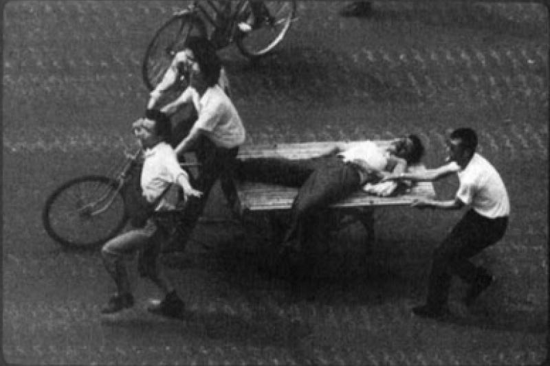 六四天安門事件 群眾使用木板車運送傷員。(維基百科)