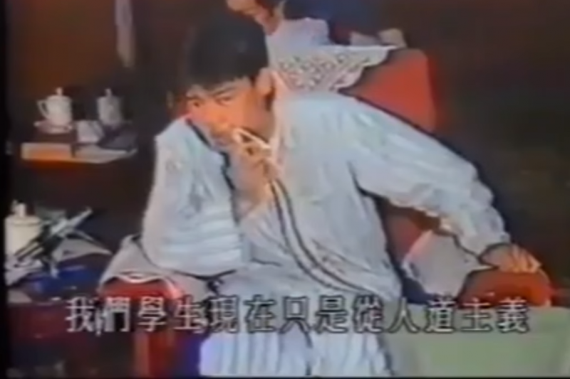 吾爾開希當年穿著睡衣、手拿氧氣瓶與李鵬對談,而後聲名大噪(截自youtube@ SaluteToHKPolice)