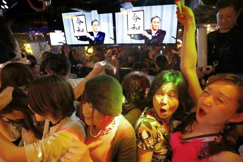 平成的最後一夜,不少日本民眾也享受改朝換代的狂歡氣氛。(美聯社)