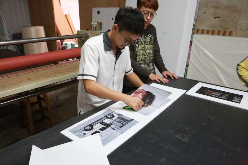 數位美術設計體驗除了設計軟體操作,也讓學生將影像創作製成實品。(圖/臺中市就業服務處提供)