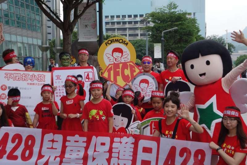 台塑石化公司受邀參加家扶基金會428「兒童保護日」街頭快閃,呼籲全民一起加入「護童者聯盟」。(圖/台塑)