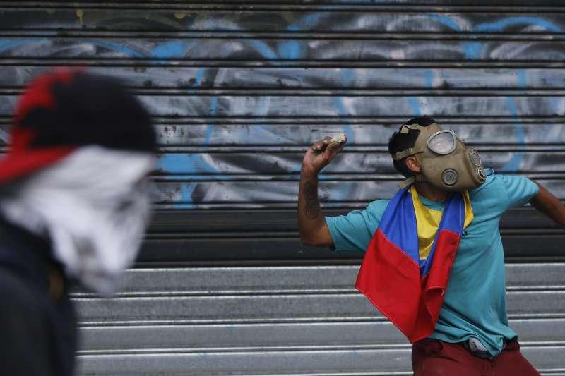 委內瑞拉臨時總統瓜伊多4月30日呼籲軍民共同革命、推翻總統馬杜洛,支持瓜伊多的群眾與馬杜洛麾下的警方爆發衝突。(AP)