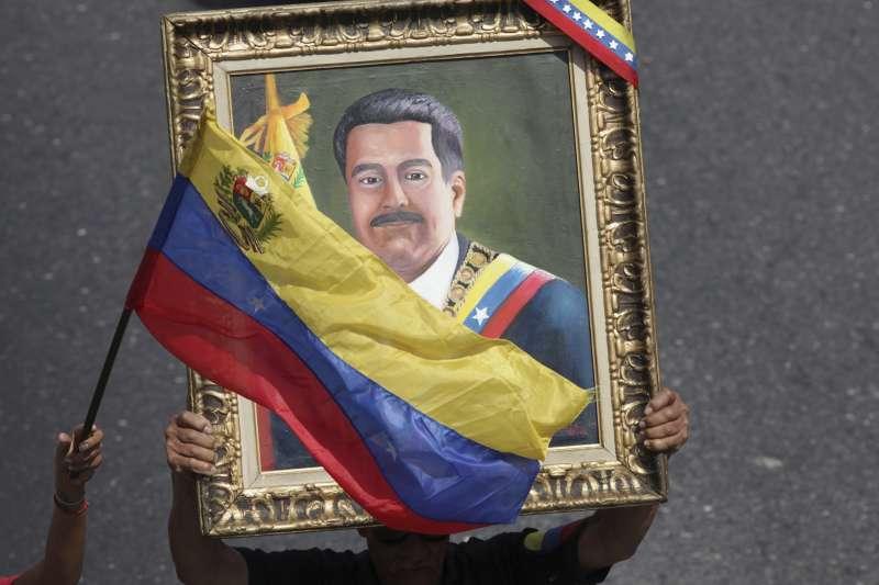 委內瑞拉國旗與總統馬杜洛的畫像。(美聯社)
